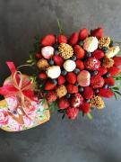 Клубника в шоколаде, букет из клубники и цветов